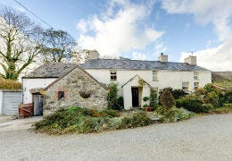 Tyddyn Truan traditional whit cottage in rural Anglesey