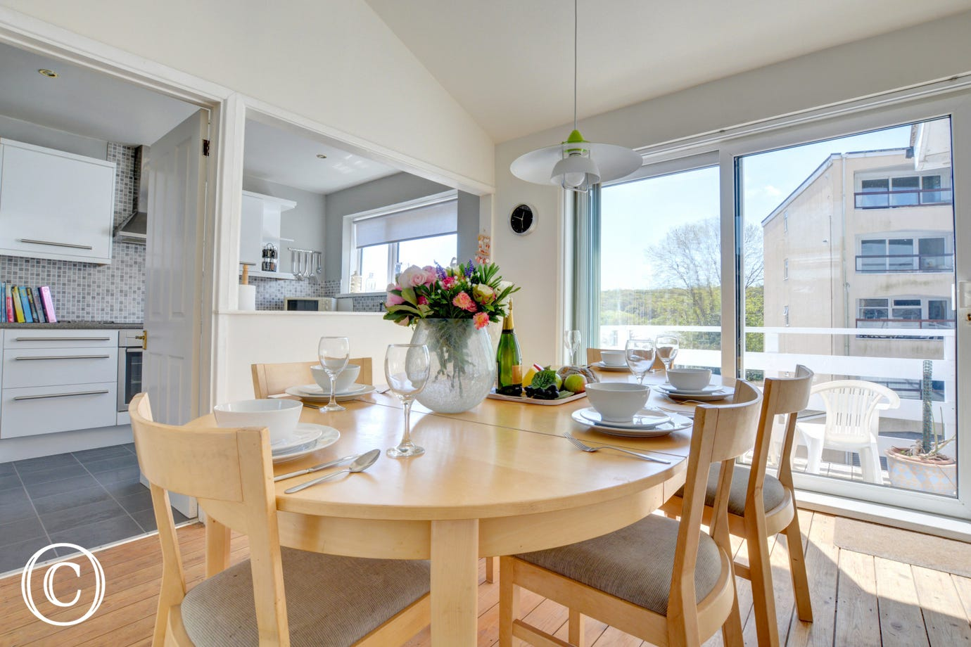 This super self catering holiday property has a light & bright dining area with hatch into kitchen.