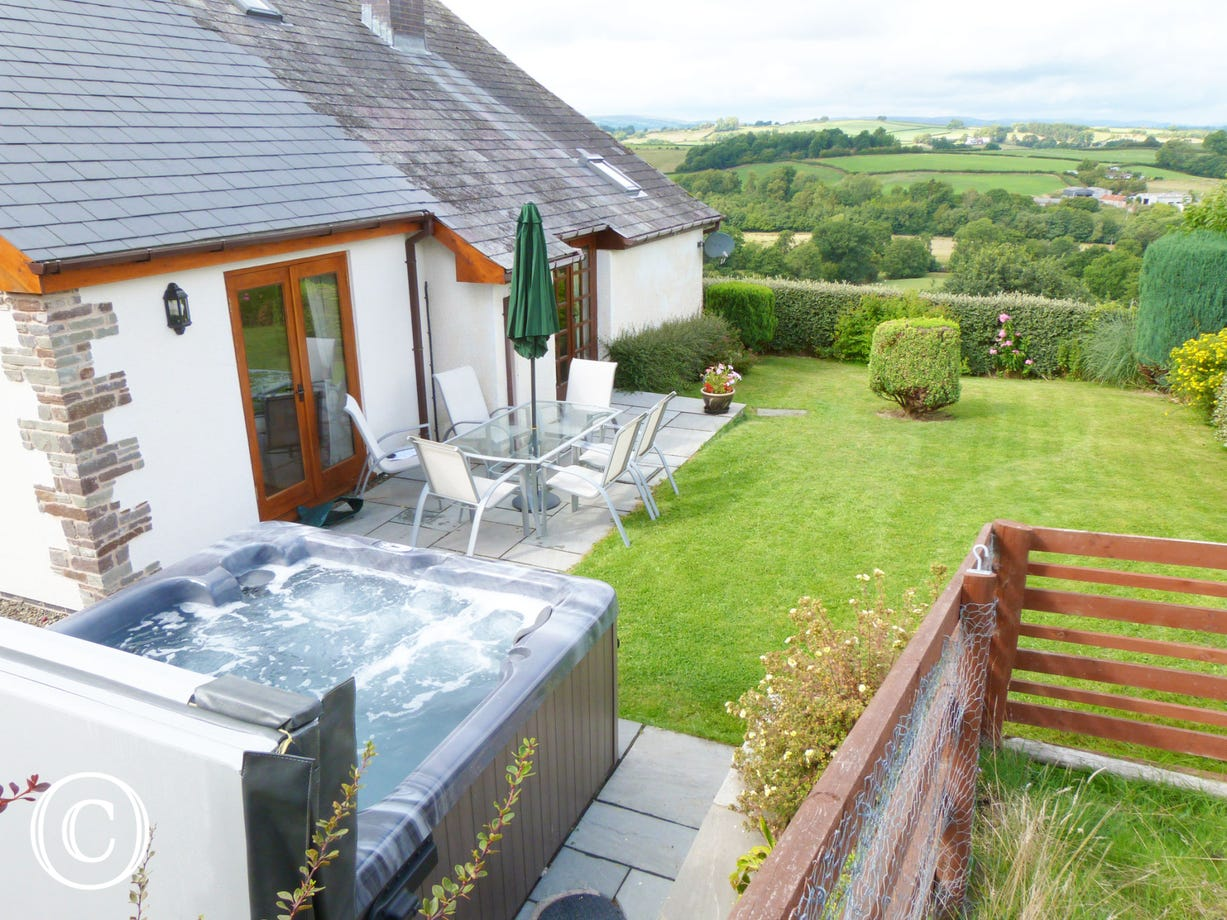 Builth Wells Holiday Cottage  - Hot tub