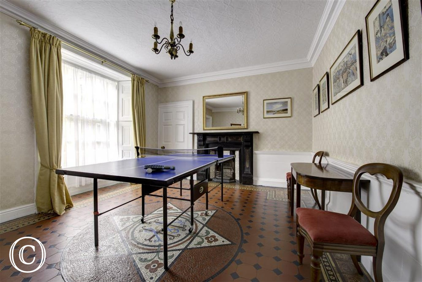 Games room with table tennis and billiards for family competitions!