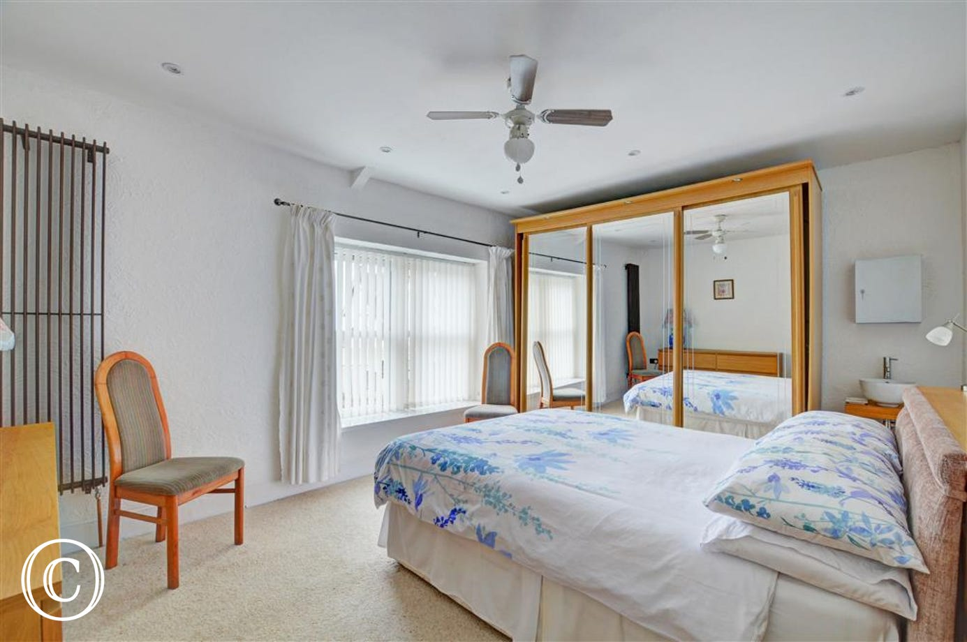 Smart double bedroom with sea views and whb