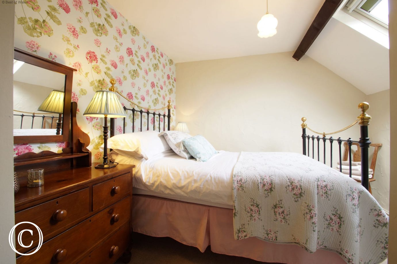 Self catering in North Wales - double bed with Egyptian Cotton bedding