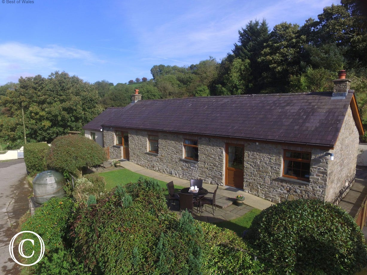 Cosy holiday cottage with fishing lake in West Wales