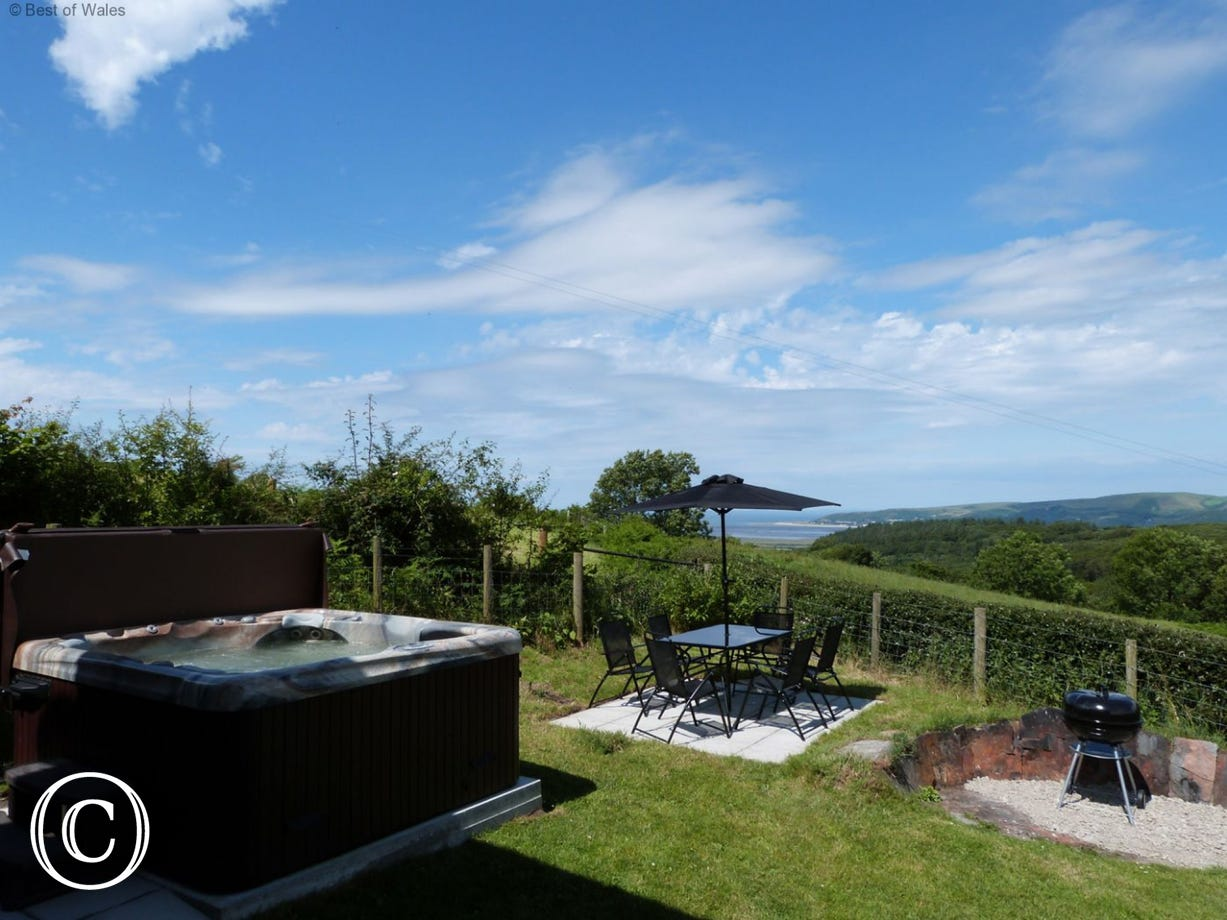 Cottage with private hot tub and amazing estuary views