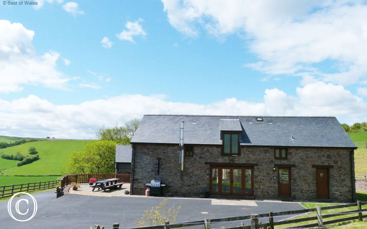 Ysgubor y Mynydd Holiday Cottage with Hot tub