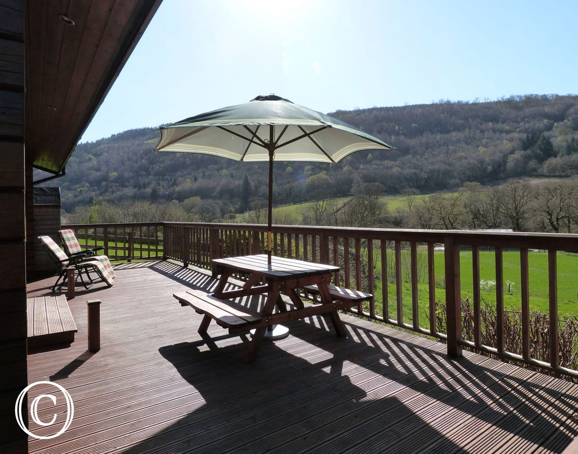 Snowdonia log cabin with garden table & parasol on decking