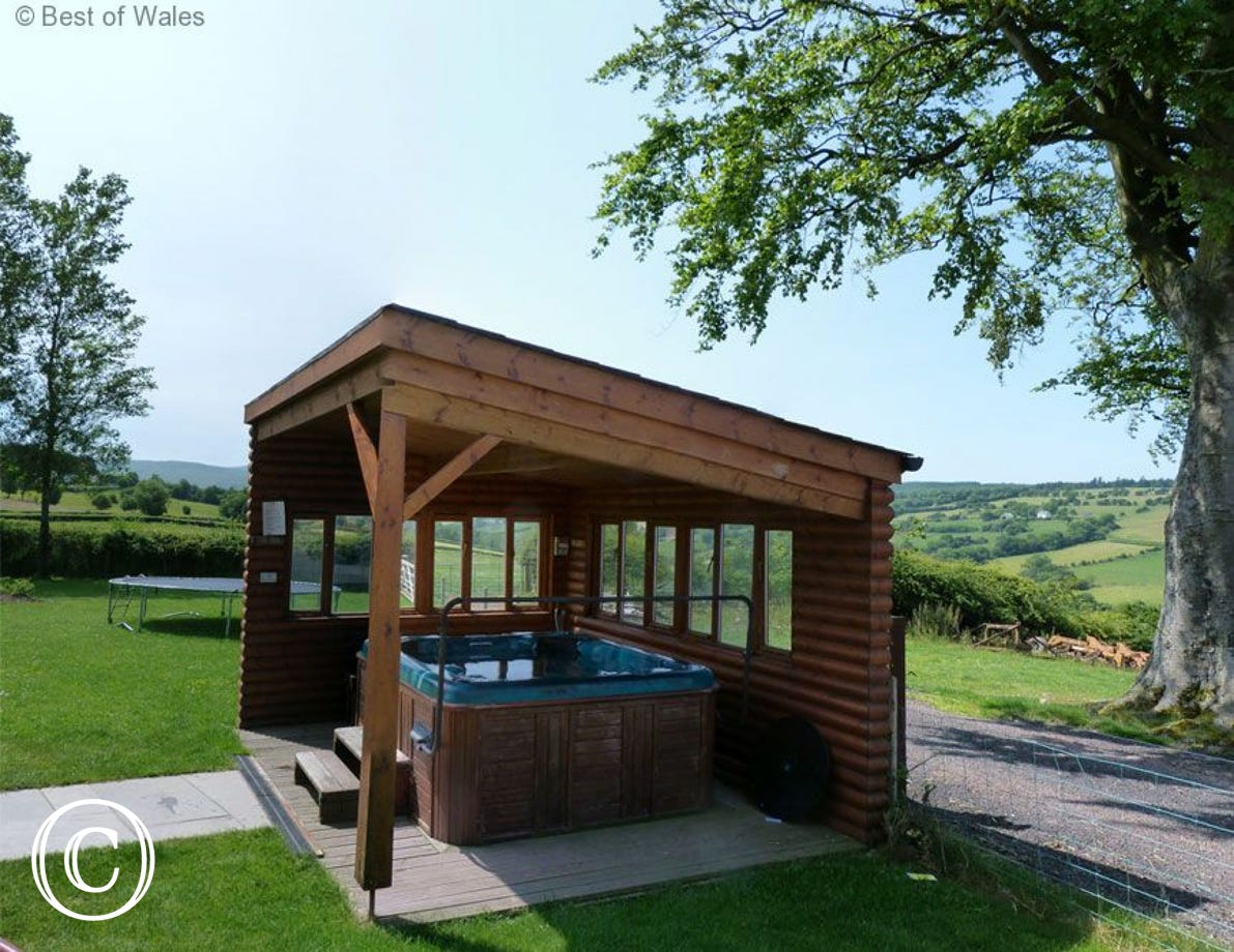 Luxury Brecon Beacons Holiday Cottage with large hot tub