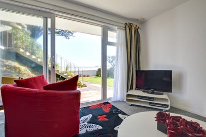 Super Saundersfoot ground floor holiday apartment