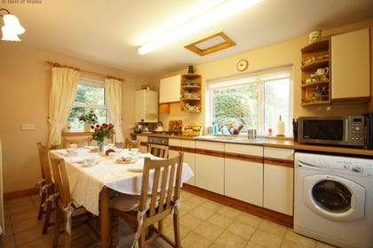 Holiday cottage Conwy - fully equipped kitchen with dining area