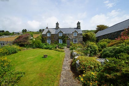 Beautiful, coastal cottage with a sea view near Barmouth, North Wales