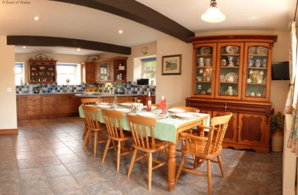 Criccieth self catering holiday - large kitchen / dining room