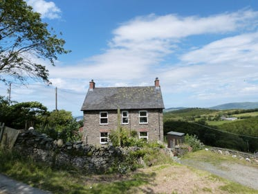 Detached cottage with private hot tub in beautiful surroundings