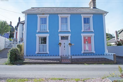 Aberaeron holiday cottage - private hot tub & 120 meters to beach