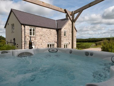 Large holiday cottage in North Wales with hot tub on the patio